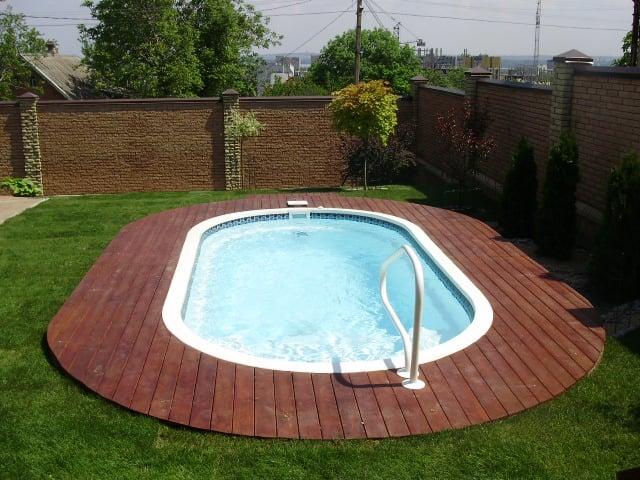 монтаж палубной доски (лиственница) вокруг бассейна овальной формы